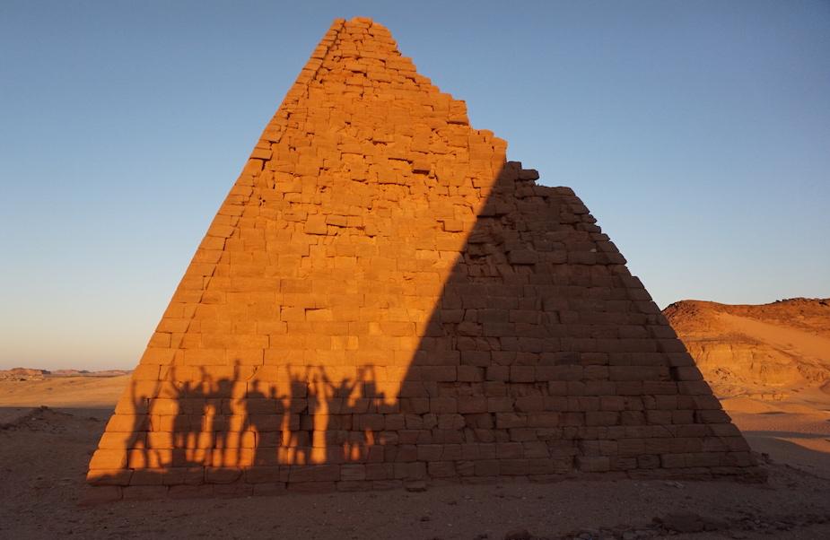 Exkursionsteilnehmerinnen vor einer Pyramide am Jebel Barkal