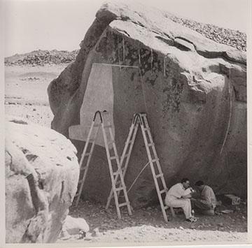 Abb 1: Latextabklatsch am Siegesmonument König Shorkarors am Gebel Qeili während der Butana-Expedition (1958)